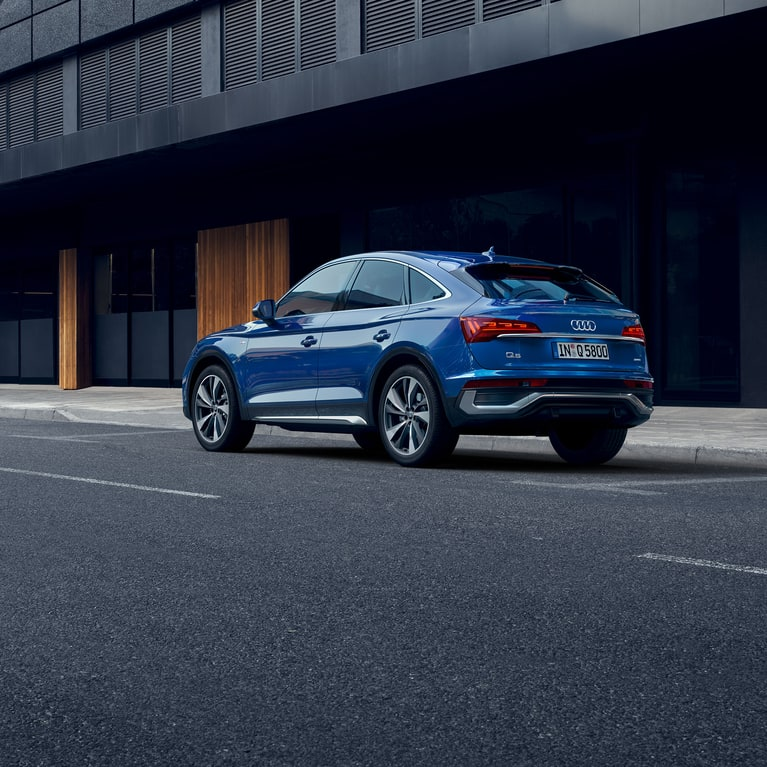 Dynamic front-side view Audi Q5 Sportback